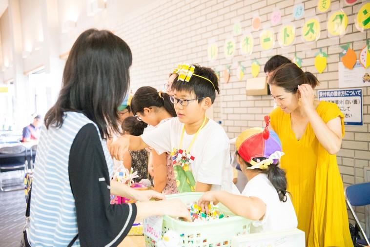 【写真】子供がレモネードを販売している様子