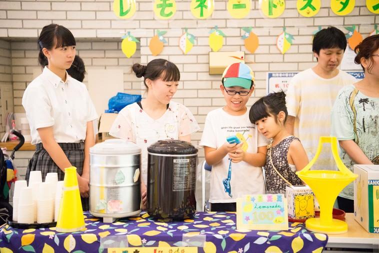 【写真】大人や学生など様々な人が集まってレモネードを販売している様子