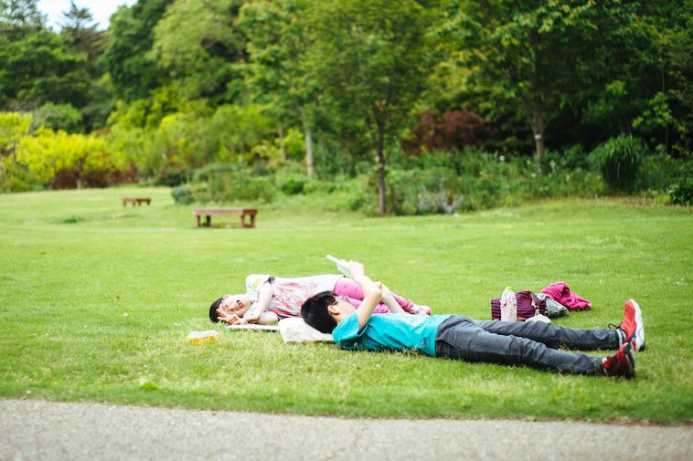 【写真】芝生で横になるきょうしさんとことねさん