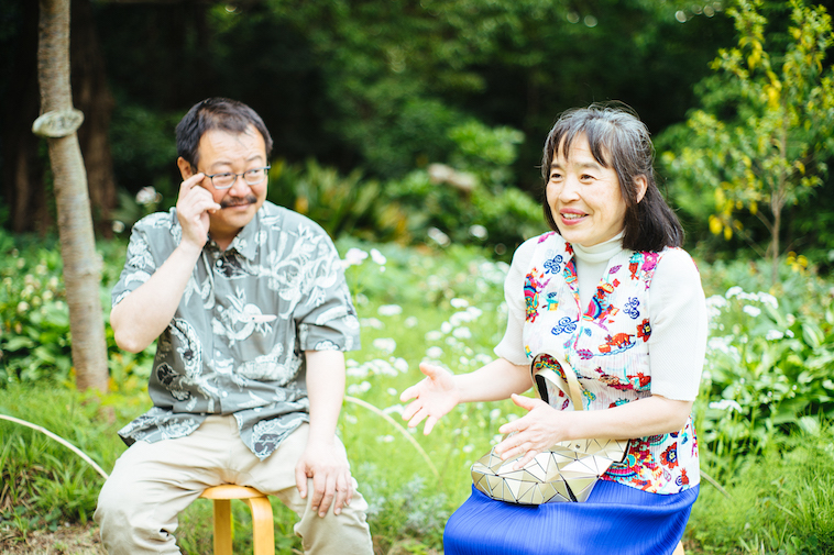 【写真】微笑んでインタビューに答えるおさむさんとゆみこさん