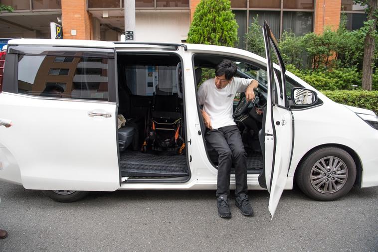 【写真】車の運転席から降りるみよさん