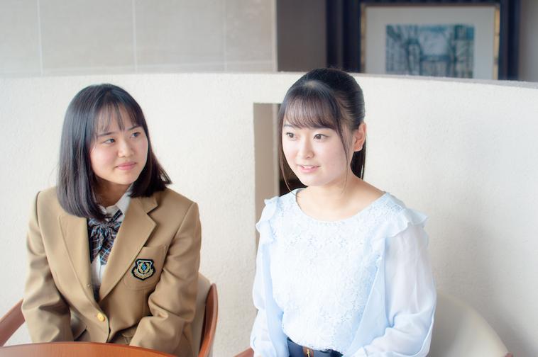 【写真】丁寧にインタビューに答えるまりあさんと、横でその様子を見守る妹のゆりあさん