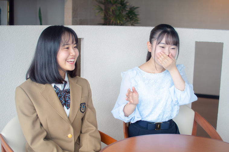 【写真】笑いながらインタビューに答える姉まりあさんと妹ゆりあさん