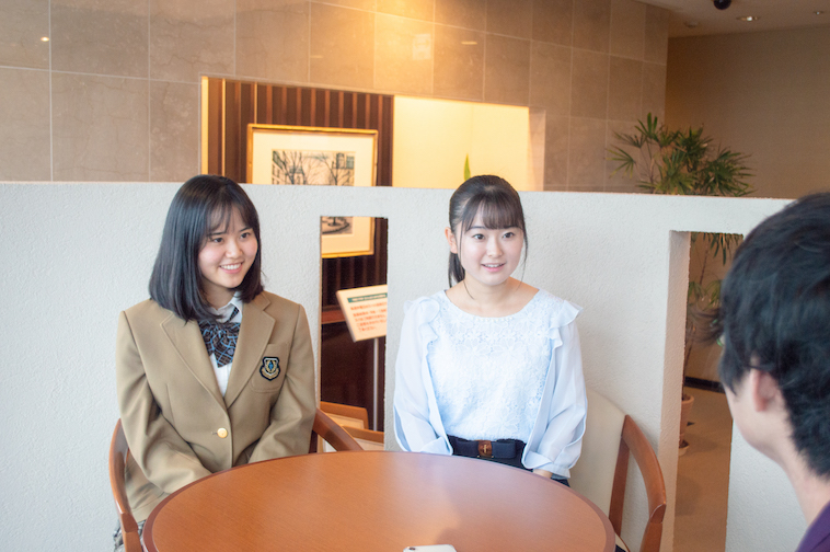 【写真】笑顔でインタビューに答えるまりあさんとゆりあさん