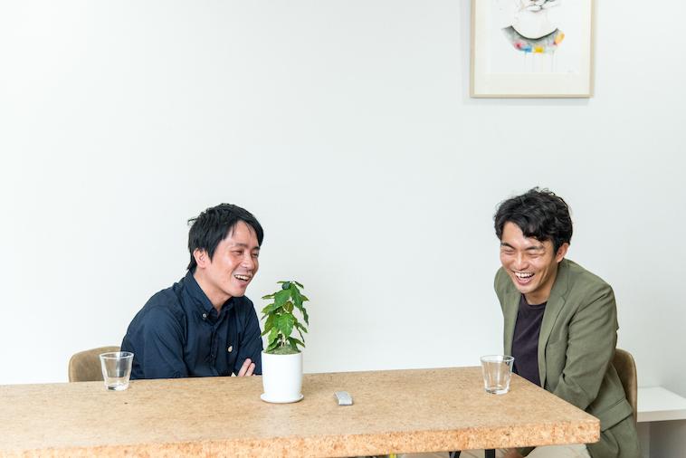 【写真】笑顔で会話をするとうはたかいとさんとすずきゆうへい