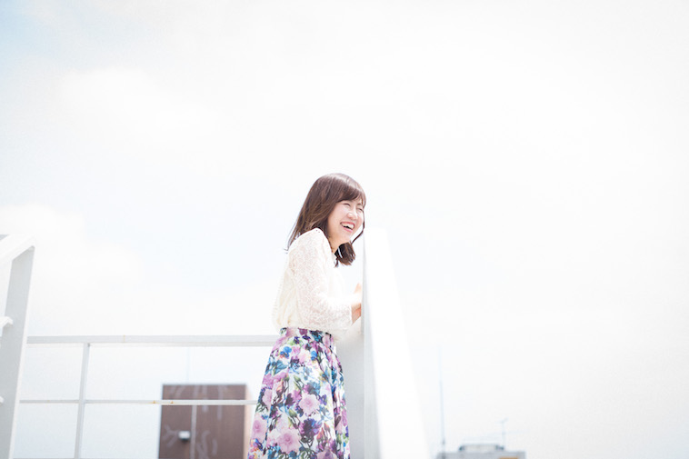 【写真】外で笑顔をみせるすがわらちかさん