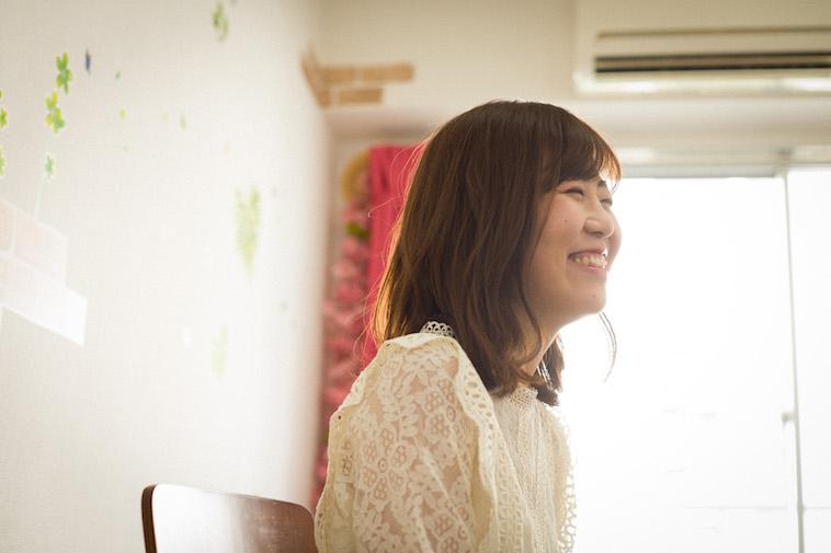 【写真】笑顔でインタビューに答えるすがわらちかさん