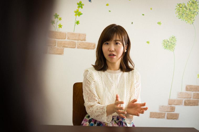 【写真】身振り手振りを交えて真剣な表情でインタビューに答えるすがわらちかさん