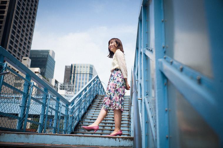 【写真】歩道橋の階段途中で楽しそうな様子のすがわらちかさん