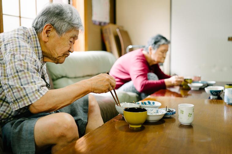 【写真】食事をしている利用者