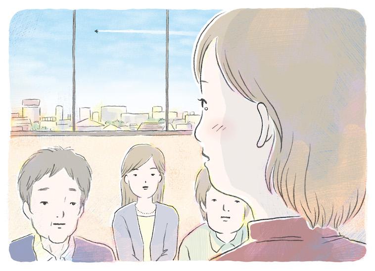 【写真】真剣な表情で周りの人にみつめられながら、涙を浮かべながている女性。窓の外には飛行機が飛んでいる。