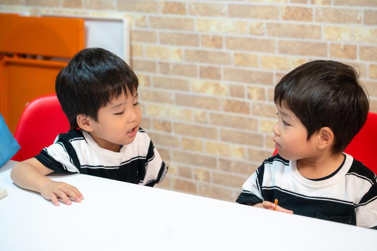 【写真】楽しそうに二人で話す子供たち