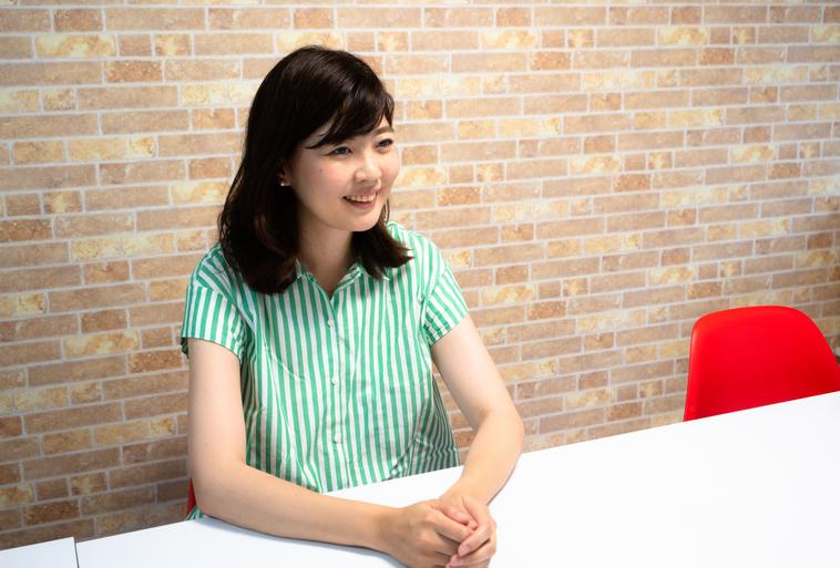 【写真】笑顔でインタビューに答えるいながきともいさん