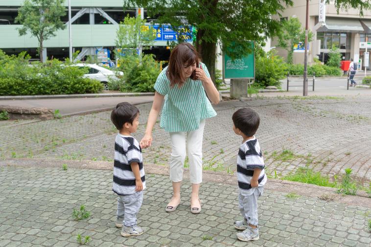 【写真】公園で二人の子供たちと遊ぶいながきともいさん