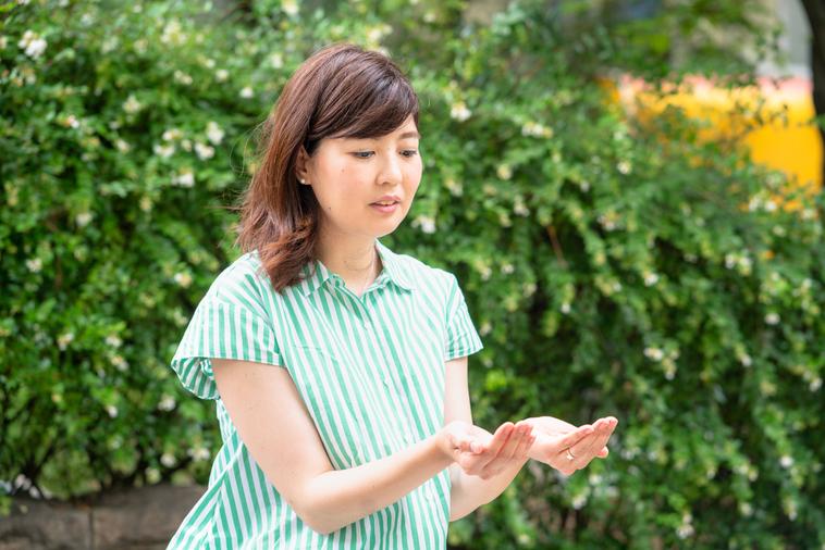 【写真】真剣な表情で身振り手振りを交えてインタビューに答えるいながきともいさん