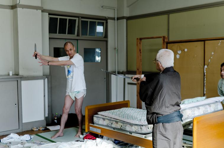 【写真】父親役のおかだただおさんが息子に刀を向けている