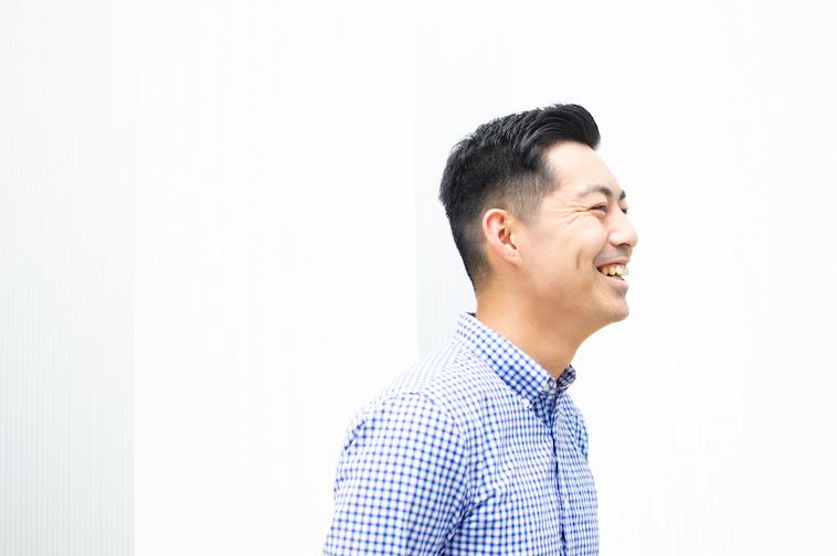 【写真】笑顔でインタビューに応えるなかむらしんじさん