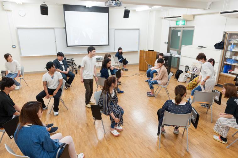 【写真】ワークショップの様子。参加者の皆さんは椅子に座っている