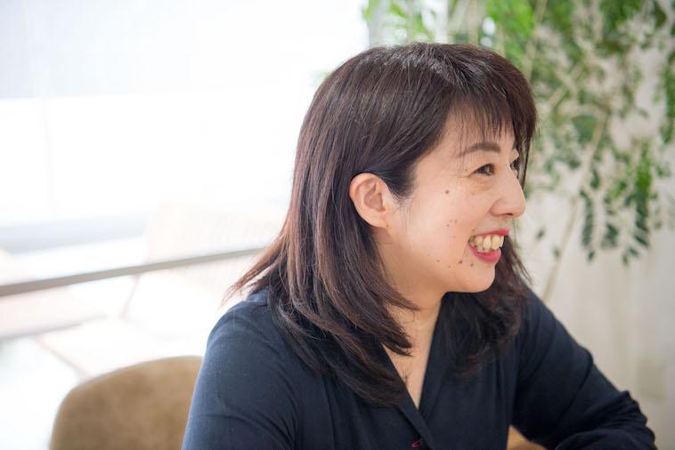 【写真】笑顔でインタビューに応えるたなかしほさん