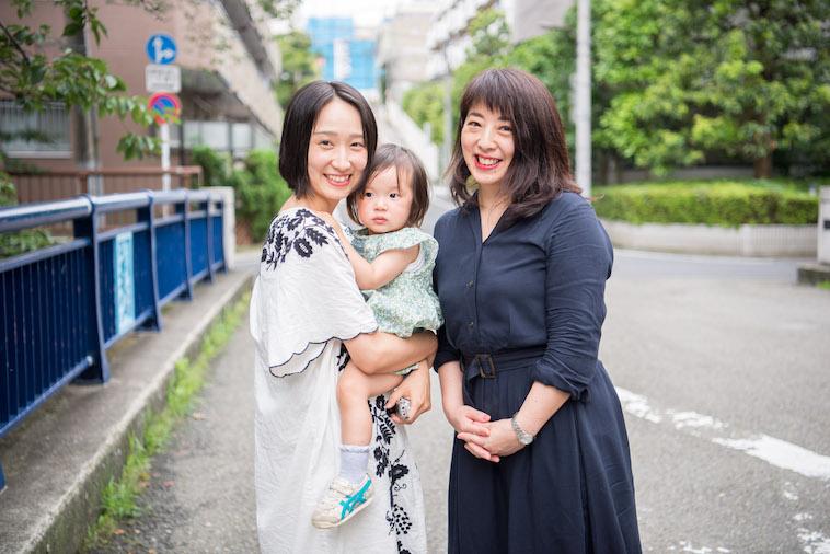 【写真】笑顔のたなかしほさんさんと赤ちゃんを抱っこするライターのとくるりかさん