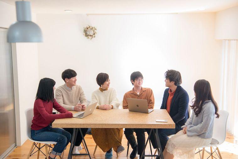 【写真】机を囲み話し合うsoarメンバー