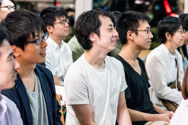 【写真】楽しそうな様子で話を聞いている参加者たち。