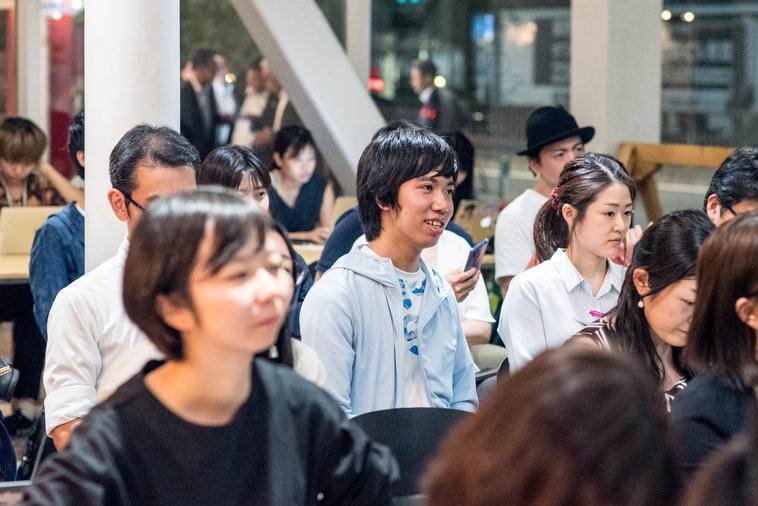【写真】楽しそうな様子で話を聞く参加者の写真