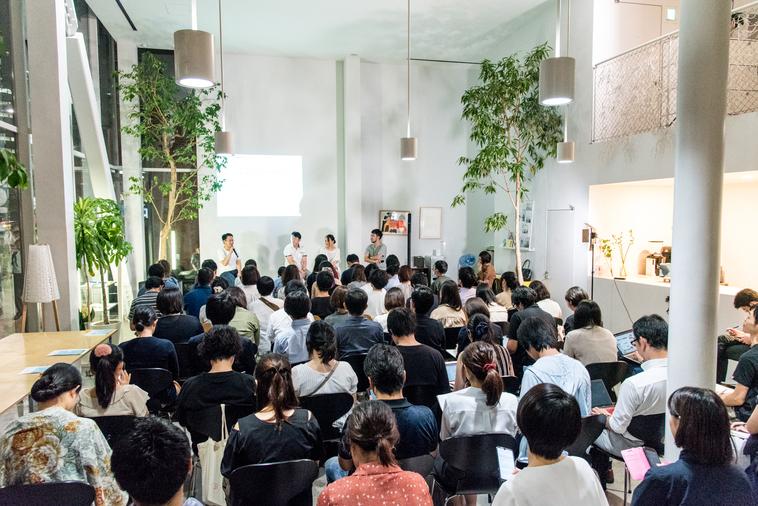 【写真】満席の会場。参加者は真剣に登壇者の話を聞いている