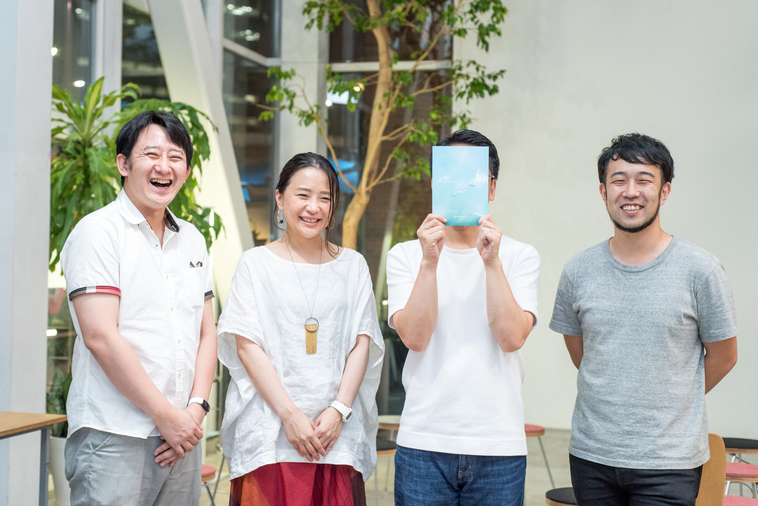【写真】笑顔で並ぶ登壇者3人と、モデレーターのもりじゅんやさん