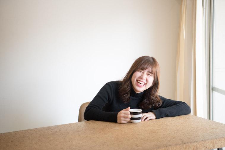 【写真】お茶を飲みながら笑顔ののべまほろさん