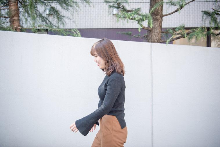 【写真】街頭を笑顔で歩いているのべまほろさん