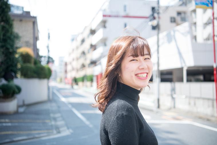 【写真】明るい光が差し込む街頭で満面の笑顔をみせるのべまほろさん