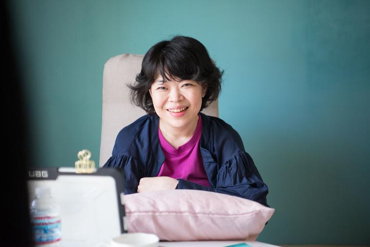 【写真】笑顔でインタビューにこたえるさとうまゆこさん