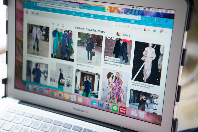 【写真】さとうまゆこさんが好きな写真を集めたぴんたれすとの画面。様々な服を来た女性が並んでいる。