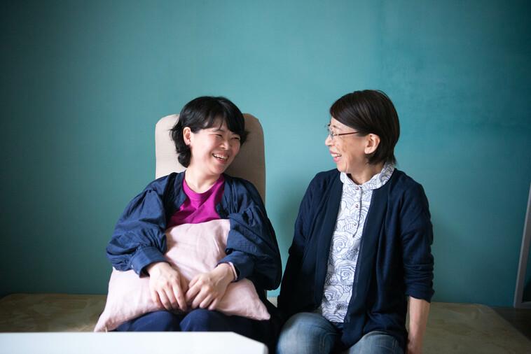 【写真】笑顔でみつめあうさとうまゆこさんとお母さん