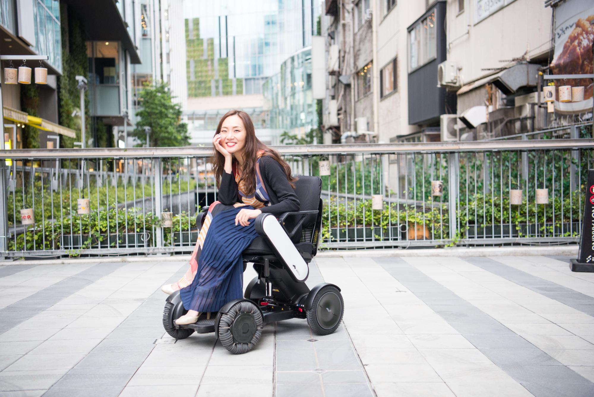 【写真】街頭で車椅子に座り、笑顔のみおしんさん