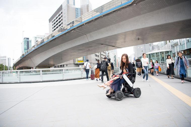 【写真】街頭で車椅子に座るみおしんさん