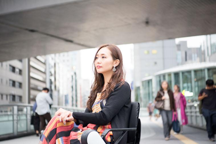 【写真】街頭で車椅子に座り、真剣な表情のみおしんさん