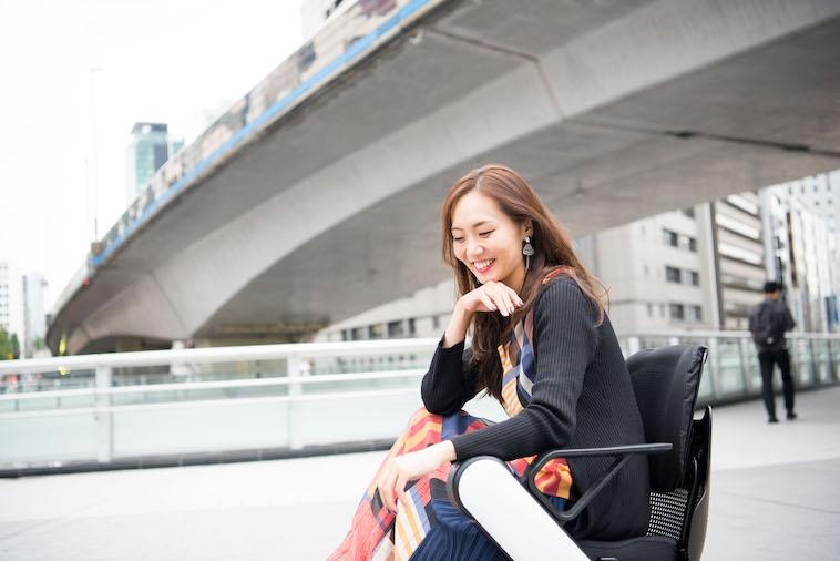 【写真】街頭で車椅子に座り笑顔のみおしんさん