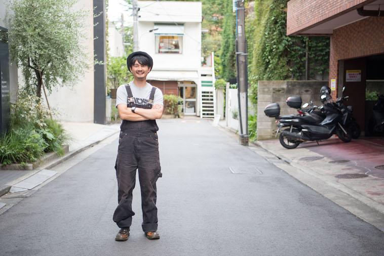 【写真】街道に笑顔で立っているにしざからいとさん