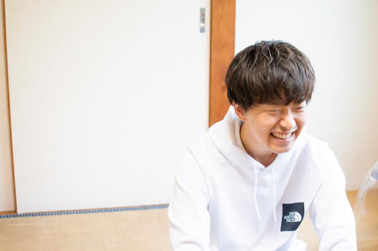 【写真】満面の笑顔でインタビューに答えるかわさきすぐるさん