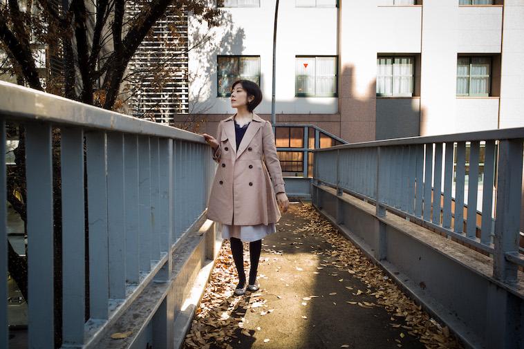 【写真】歩道橋の上から外を眺めるつのみさん