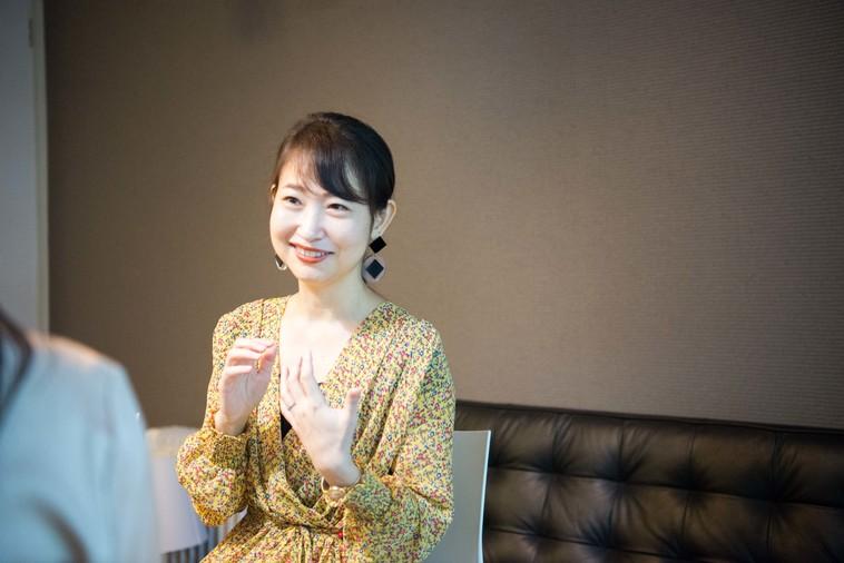 【写真】微笑んでインタビューに答えるもろずみはるかさん
