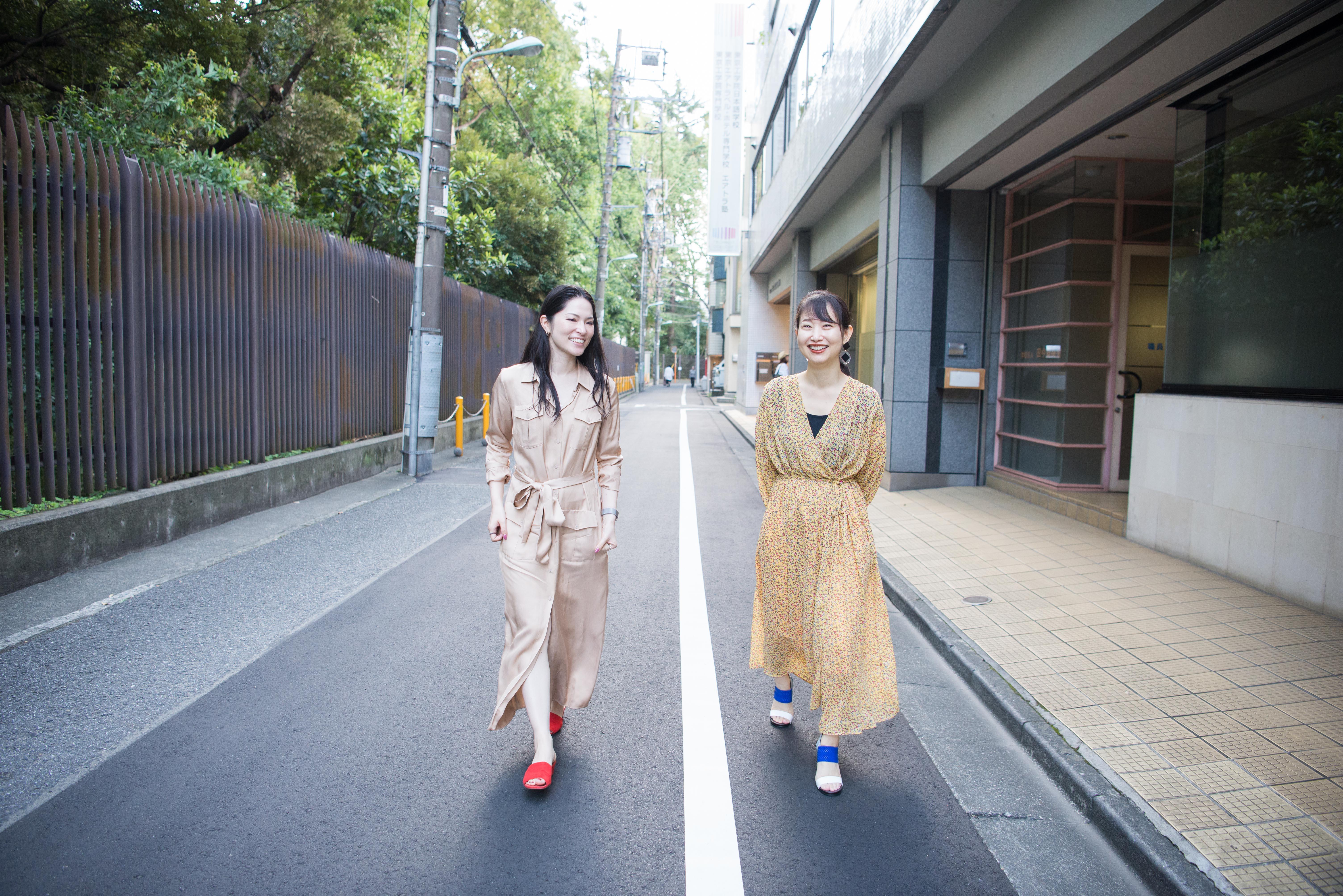 【写真】笑顔で街道を歩くもろずみはるかさんとライターのにしぶまりえさん