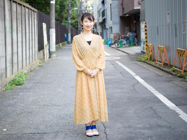 【写真】街道で笑顔で立っているもろずみはるかさん
