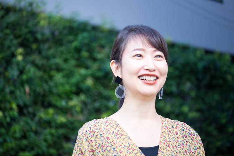 【写真】笑顔でインタビューに答えるもろずみはるかさん