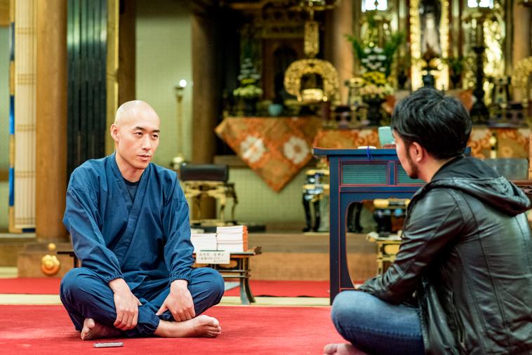 【写真】光明寺の本堂で真剣な表情で会話をするまつもとしょうけいさんともりじゅんや