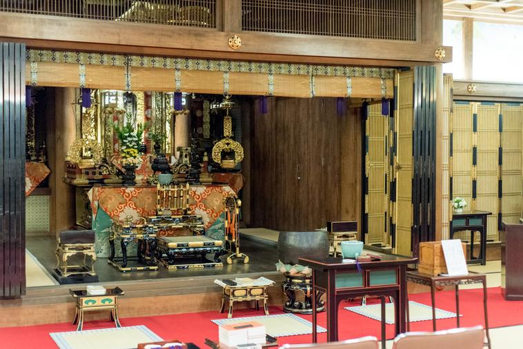 【写真】光明寺の本堂が厳格な雰囲気を作り出している