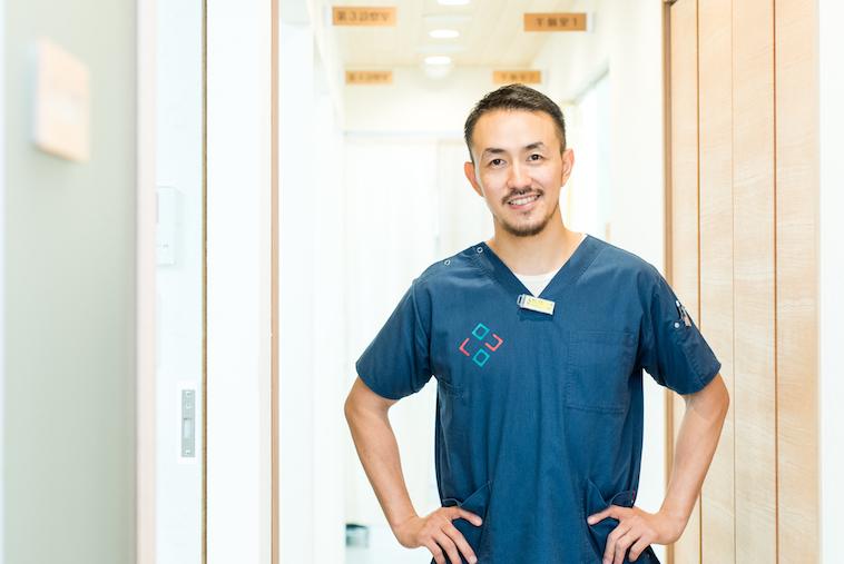 【写真】明るい病院内で笑顔をこちらに向けているせたひろやさん