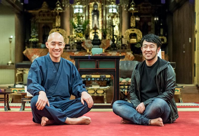 【写真】光明寺の本堂で足を組んで座り微笑んでいるまつもとしょうけいさんともりじゅんや